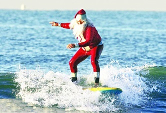 florida-cocoa-beach-santa-surfing-3