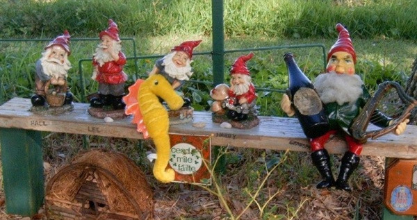 florida-holly-hill-gnome-tree-bench